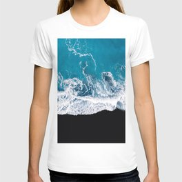 Black sand beach with waves and blue Ocean in Iceland – Minimal Photography T-shirt