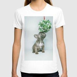 Christmas Pup Under Mistletoe (Color) T-shirt