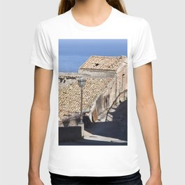 "Old Abandoned Farmhouse - Sicily - ""Vacancy"" zine  T-shirt"