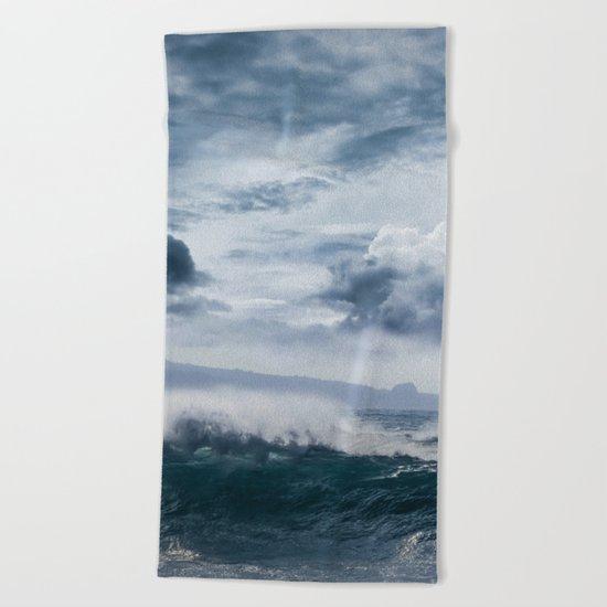 He inoa wehi no Hookipa  Pacific Ocean Stormy Sea Beach Towel