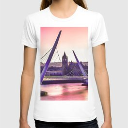 Derry / Londonderry Peace Bridge. (Painting.) T-shirt