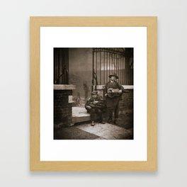 Musiciens de rue vielle à roue Framed Art Print