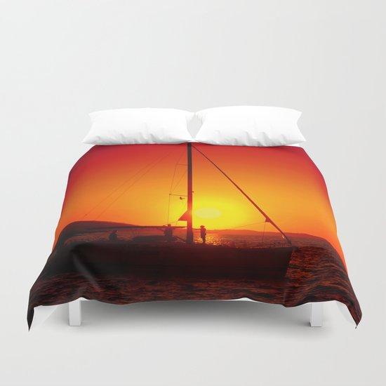 A sailboat at sunset Duvet Cover