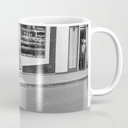 Klanten bij de ingang van een (banket)bakkerij, Bestanddeelnr 254 0418 Coffee Mug