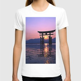Torii 4k Japanese gate sunset HDR gate in the water Asia Japan T-shirt