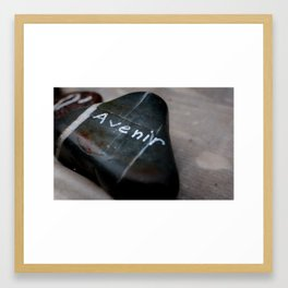 un galet avec un message Framed Art Print