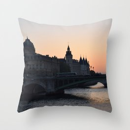 la senna parigi Throw Pillow
