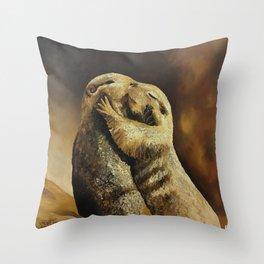 El beso de los perritos de la pradera Throw Pillow