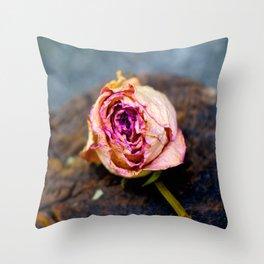 une rose par tout autre nom  Throw Pillow