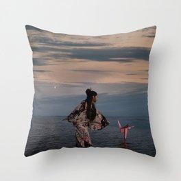 l'Univers secret de Yuki Throw Pillow