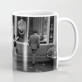 Man met stokbroden voor een (banket)bakkerij, Bestanddeelnr 254 0419 Coffee Mug