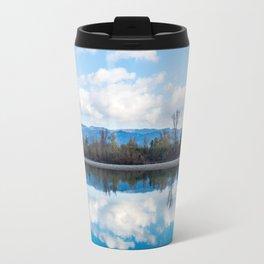 la riva riflessa nel fiume Travel Mug