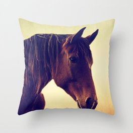 Western horse in porträit Throw Pillow