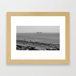hommes et navires Framed Art Print