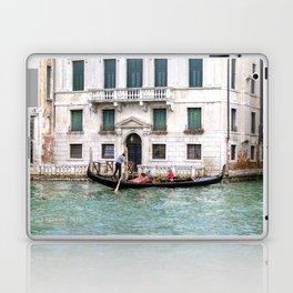 Venezia- Gondolier sur le grand canal Laptop & iPad Skin