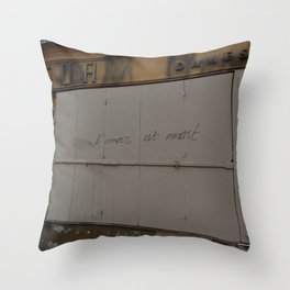 l'amour est mmort Throw Pillow