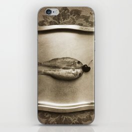 Entre peces y cerezas iPhone Skin