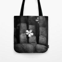 les mis Tote Bags featuring En mis manos by unaciertamirada
