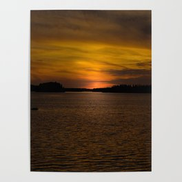 The sun goes down and night falls Poster