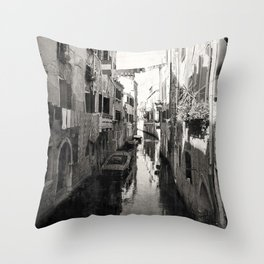 vivacità {b&w Throw Pillow