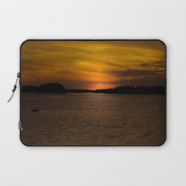 The sun goes down and night falls Laptop Sleeve