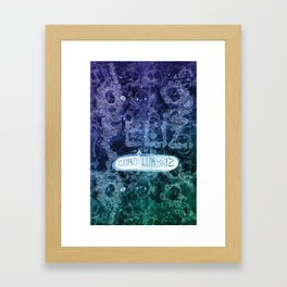 Feliz como lombriz Framed Art Print