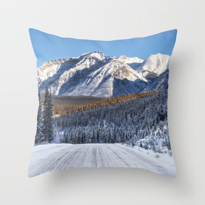 Winter Wonderland - Road in the Canadian Rockies Deko-Kissen