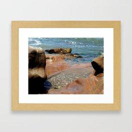 Olas en las rocas Framed Art Print