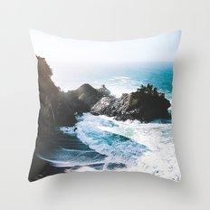 ocean falaise Throw Pillow
