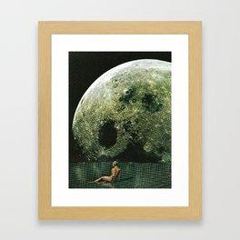 Quel giorno che arrivò la luna al lago mi stavo facendo il bidet Framed Art Print