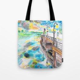 El cielo reflejado bajo un puente Tote Bag