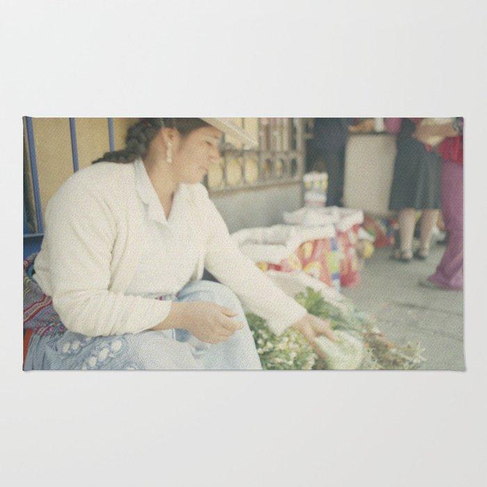 Mujer Peruana en el Mercado Rug
