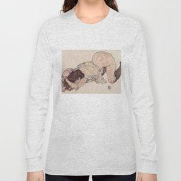 KNEELING GIRL, RESTING ON BOTH ELBOWS - EGON SCHIELE Long Sleeve T-shirt