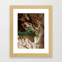 En partageant une clope Framed Art Print