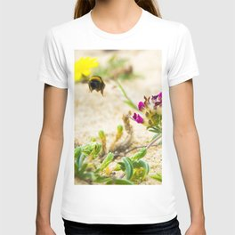 the flight of bumble bee on the bunes T-shirt