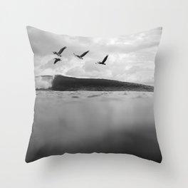 Pelícano Throw Pillow