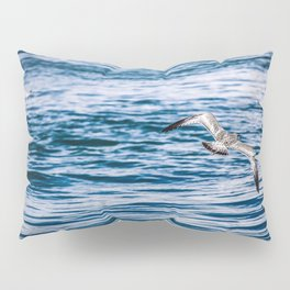 Bird flying across the Niagara river Pillow Sham