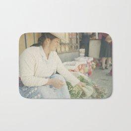 Mujer Peruana en el Mercado Bath Mat