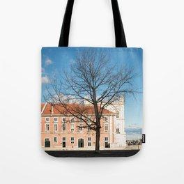 l'arbre dans la ville Tote Bag