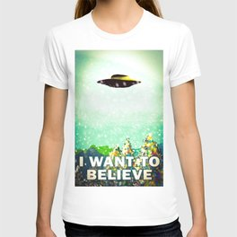 Christmas I want to believe ufo in the snow T-shirt