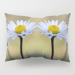 Mirroring delicate daisy flowers Pillow Sham