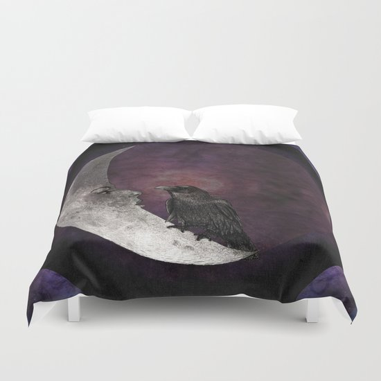 The crow and its moon. Duvet Cover