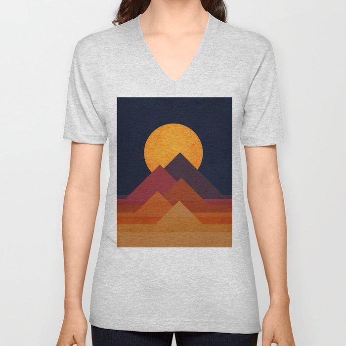 Full moon and pyramid Unisex V-Ausschnitt