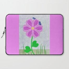 Une fleur avec deux papillons Laptop Sleeve