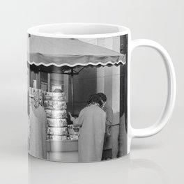 Klanten bij een winkelkraam bij warenhuis Printemps, Bestanddeelnr 254 0352 Coffee Mug