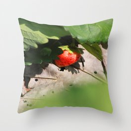 In Srawberry field Throw Pillow