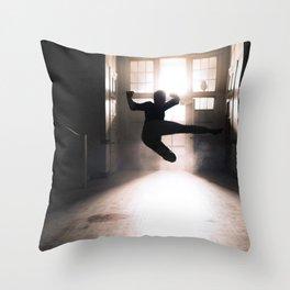Jump contre jour Throw Pillow