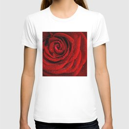Red rose with sparkling droplets - Beautiful elegant Roses T-shirt