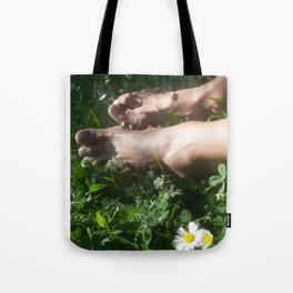 bare feet in gras Tote Bag