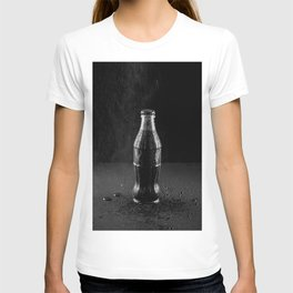 Glass bottle with carbonated drink under the drops of water. T-shirt